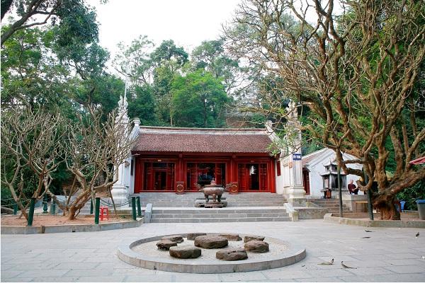 Đền Trung từ cửa nhìn vào