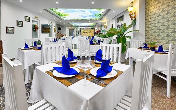 Gam màu trắng thanh lịch trong nhà hàng của khách sạn Lamuno