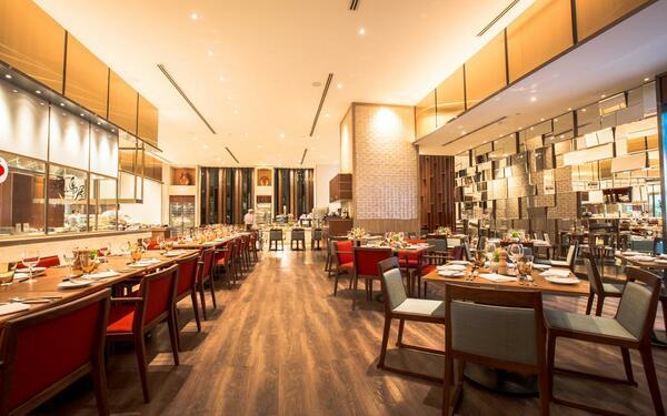 Khu vực ăn uống với phong cách hiện đại quý phái của khách sạn Sheraton