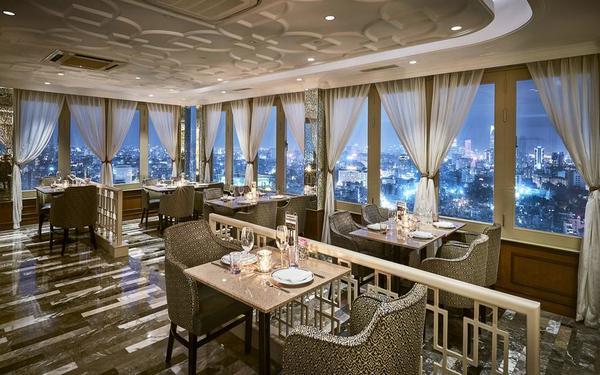 Không gian ăn uống sang trọng có view đẹp của khách sạn Windsor Plaza