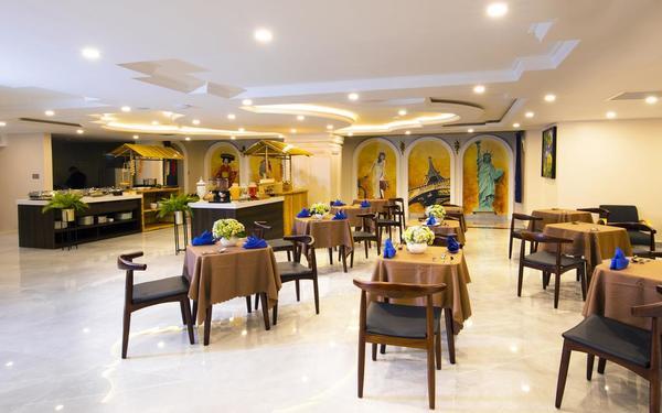 Khu vực phục vụ ăn uống mang nét truyền thống pha lẫn hiện đại của khách sạn Sabina