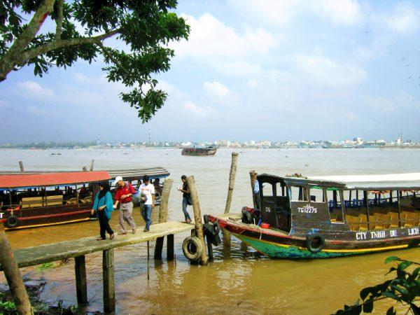 Du khách đi thuyền tham quan cù lao