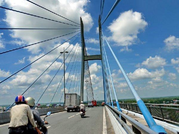 Ảnh chụp ở giữa cây cầu