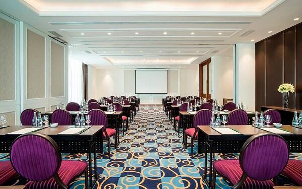 Nội thất khách sạn 6 sao: Phòng họp quy mô nhỏ sang trọng vời đầy đủ tiện nghi