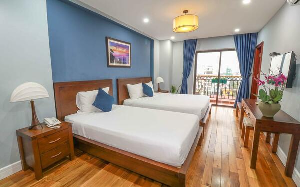 Không gian phòng ngủ bố trí hài hòa của khách sạn Eco Green
