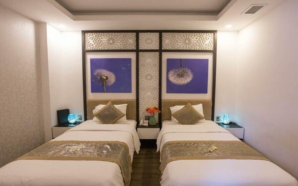Họa tiết nhẹ nhàng trên tường tạo cảm giác gần gũi của khách sạn Flora