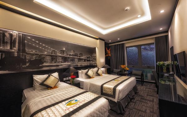 Nội thất khách sạn mini theo gam màu tối được điểm xuyến bằng tranh nghệ thuật