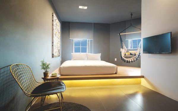 Không gian phòng ngủ thiết kế sáng tối ít họa tiết của khách sạn The Hammock Bến Thành