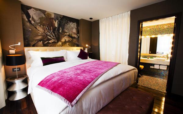 Phòng nghỉ có điểm nhấn với những tác phẩm trên tường đặc sắc của khách sạn De I'Opera Hanoi Mgallery