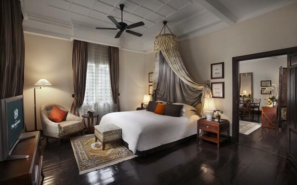 Phòng ngủ mang phong cách kiến truc` cổ kính Pháp của khách sạn Sofitel Legend Metropole