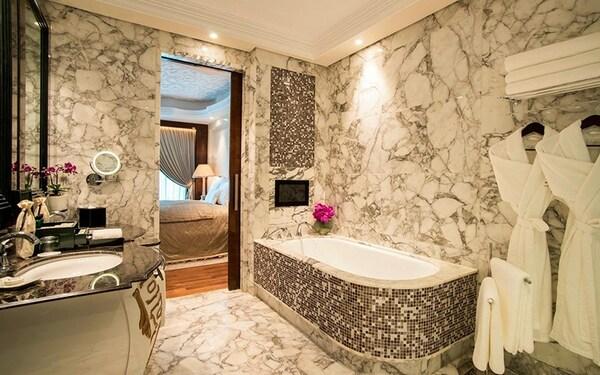 Phòng tắm có điểm nhấn trên nền đá hoa cương ốp tường độc đáo