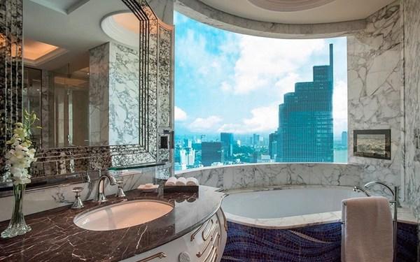 Nội thất khách sạn 6 sao - Trang bị bồn tắm hướng tầm nhìn ra trung tâm thành phố hoa lệ
