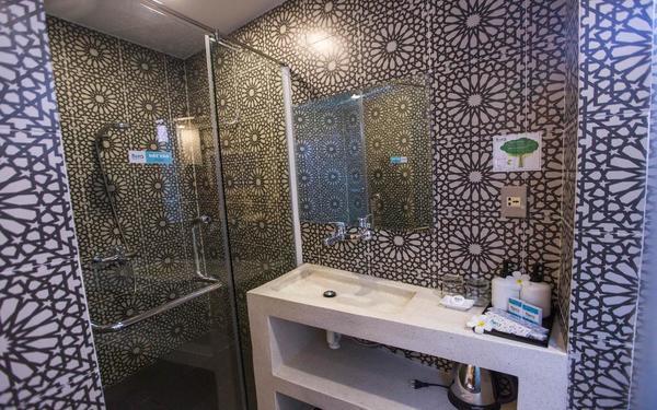 Gạch bông cao cấp làm nền chủ đạo của phòng tắm khách sạn Flora