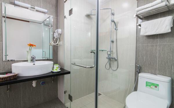 Nội thất khách sạn Mini Bei Ami với hệ thống ánh sáng tự nhiên của phòng tắm