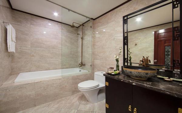 Phòng tắm với thiết kế sang trọng của khách sạn Hồng Ngọc Dynastie