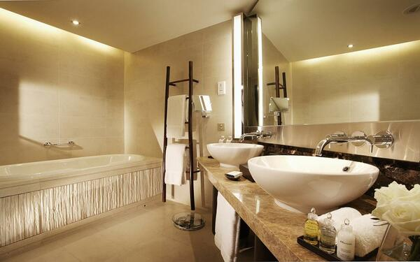 Gam màu trắng trang nhả của phòng tắm khách sạn Intercontinental Hanoi Wastlake