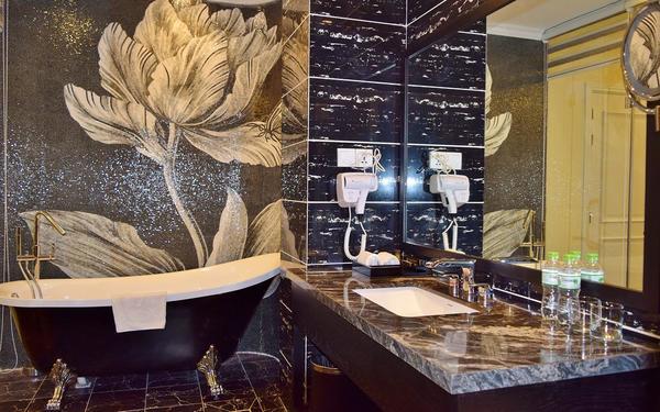 Tường có họa tiết tinh tế làm nổi bật không gian phòng tắm khách sạn Tường Vi