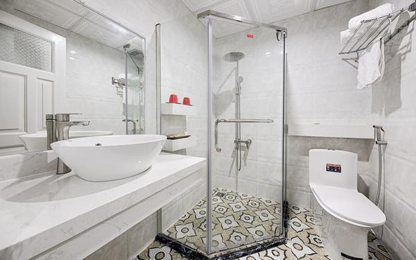 Không gian phòng tắm với cách bày trí hiện đại của khách sạn Lamuno