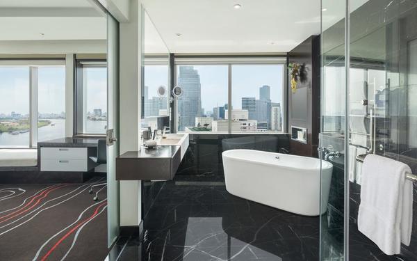 Phòng tắm sử dụng kính cường lực đặc trưng của khách sạn Le Meridien Saigon