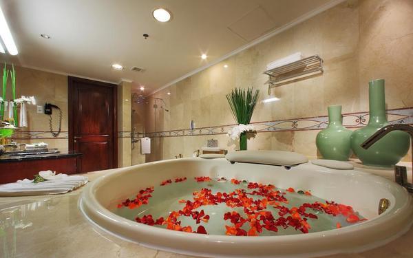 Phòng tắm được tô điểm bởi những lọ hoa của khách sạn Rex