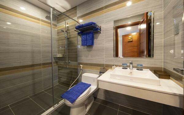 Thiết kế phòng tắm khách sạn Sabina với cách ốp tường chắc chắn