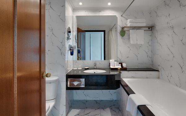 Mẫu phòng tắm thiết kế đơn giản của khách sạn Windsor Plaza