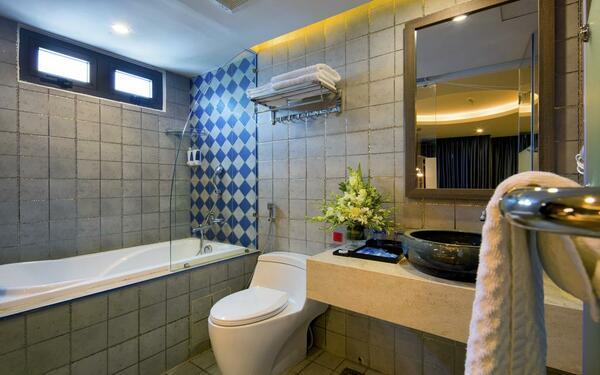 Mẫu phòng tắm khách sạn Aaron sạch sẽ, tiện nghi
