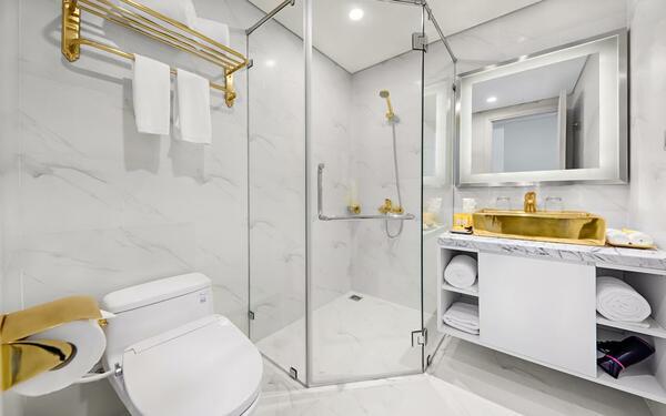 Một số trang thiết bị bằng vàng được sử dụng trong phòng tắm khách sạn Golden Bay Danang