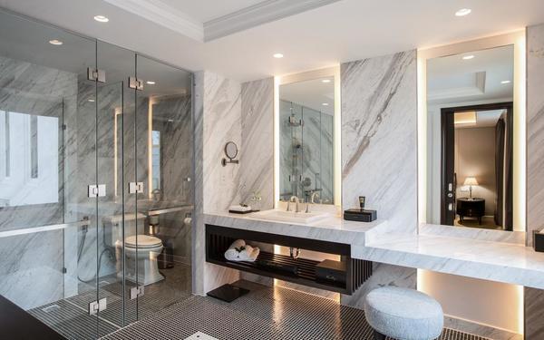 Gam màu trắng nhẹ nhàng mang lại cảm giác dễ chịu của phòng tắm khách sạn Mai House