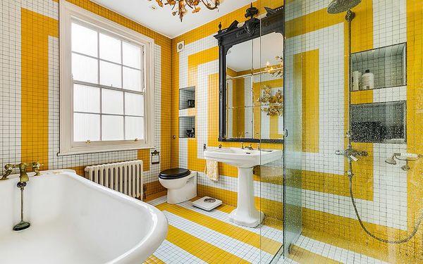 Sắc vàng tươi mát trong phòng tắm tạo nên không gian mới lạ