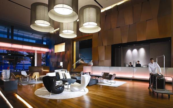 Hệ thống đèn chùm được sử dụng làm nổi bật thiết kế không gian sảnh