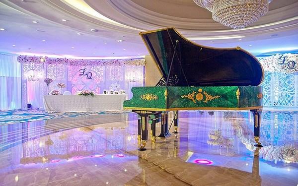 Chiếc đàn piano của Bechstein theo phong cách mosaic của Nga tại sảnh tầng 5