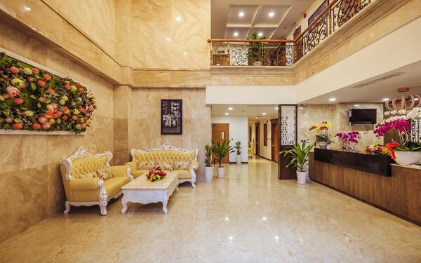 Sảnh đón tiếp rộng rãi, sang trọng của khách sạn Lotus Boutique