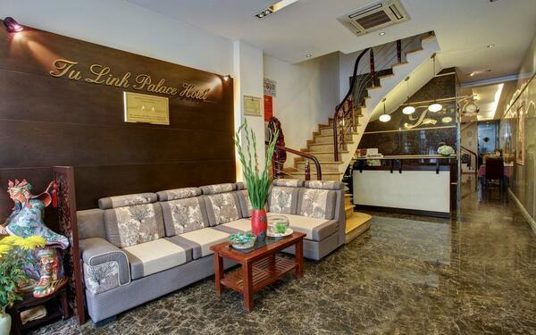 Sảnh khách sạn Tú Linh Palace với thiết kế đơn giản đầy đủ tiện nghi