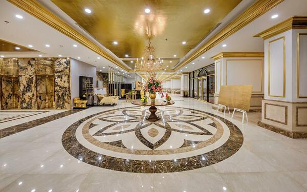 Không gian sảnh rộng được trang trí bởi những ánh vàng lấp lánh của khách sạn Golden Bay