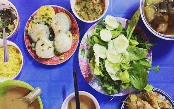 Bánh căn ăn chung rau sống chấm mắm nêm