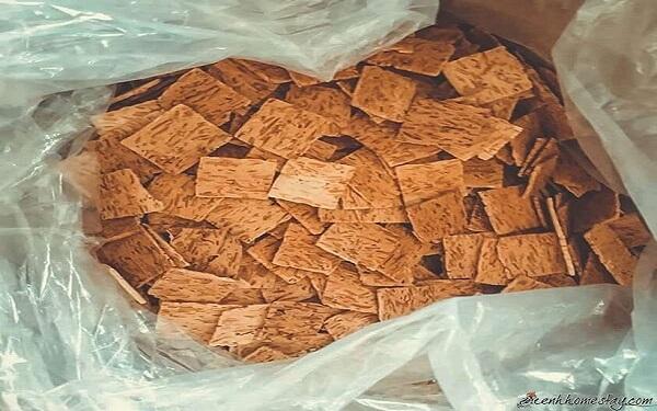 Bánh chả dừa Hải Phòng giòn tan bên tách trà ấm ngày se lạnh