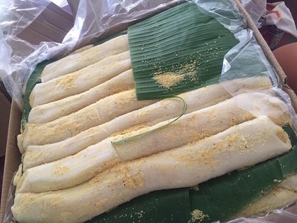 Bánh dày dùng lá chuối xanh lót cho tươi mát, hấp dẫn hơn