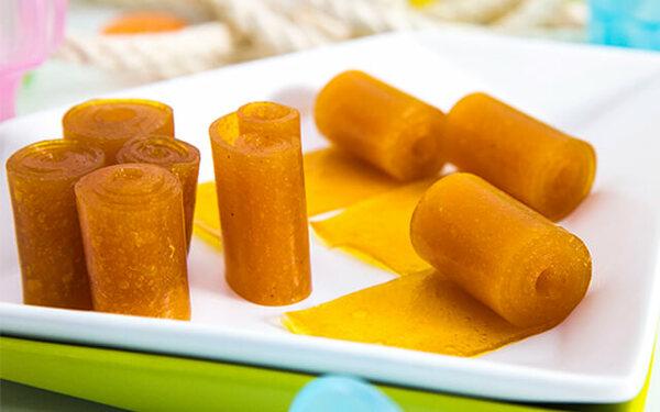 Bánh tráng xoài được cuộn thành từng miếng nhỏ vừa ăn
