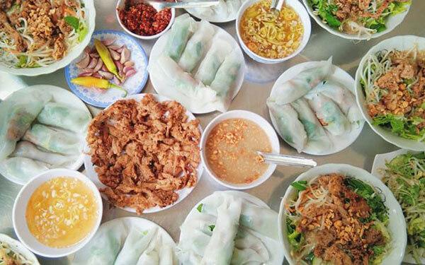 Khu ẩm thực chợ Đông Ba có nhiều gian hàng bán bánh ướt thịt nướng