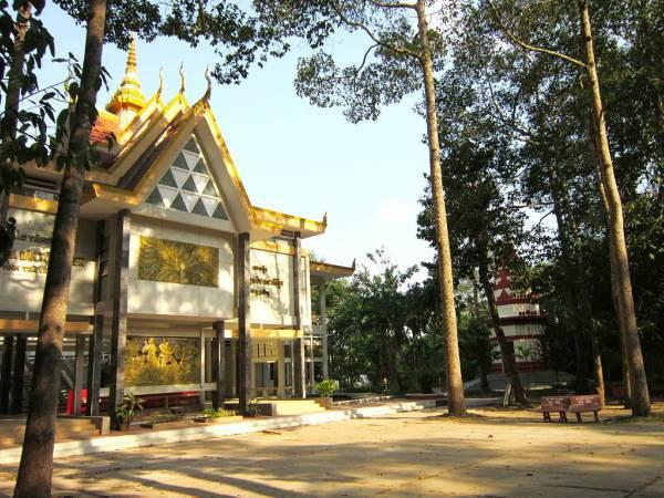 Bảo tàng Khmer Trà Vinh có khuôn viên rất thoáng mát