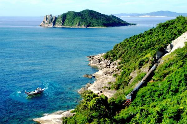 Màu xanh ngát của biển quy hòa đem đến cảm giác bình yên, gần gũi