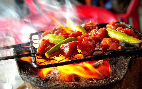 Bò đang được nướng tỏa làn khói thơm phức