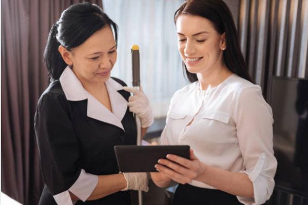 Dù ít hay nhiều thì nhân viên bộ phận buồng phòng vẫn phải trực tiếp trao đổi với khách hàng