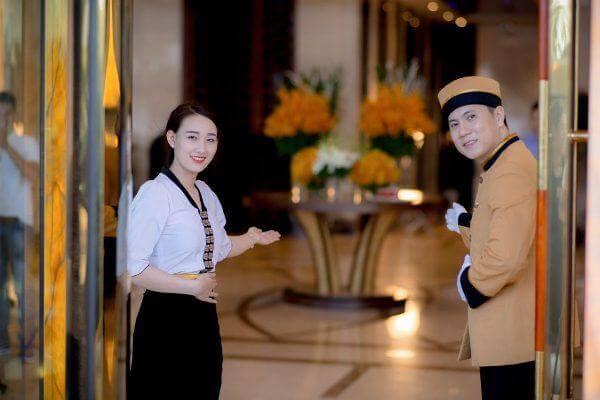 Nhân viên đứng cửa niềm nở đón khách