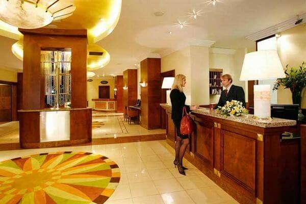 Bộ phận tiền sảnh khách sạn - nơi giúp khách hàng làm thủ tục nhanh chóng