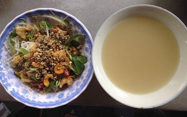 Bún hến Hoa Đông luôn được tặng kèm bát nước hến đậm đà