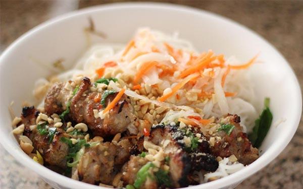 Quán Bà Tý nổi tiếng với món nem lụi và bún thịt nướng