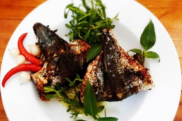 Món cá chuồn nướng thu hút thực khách