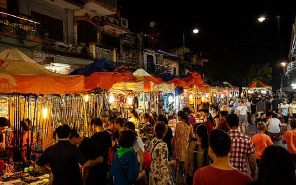 Chợ phiên họp buổi đêm tấp nập